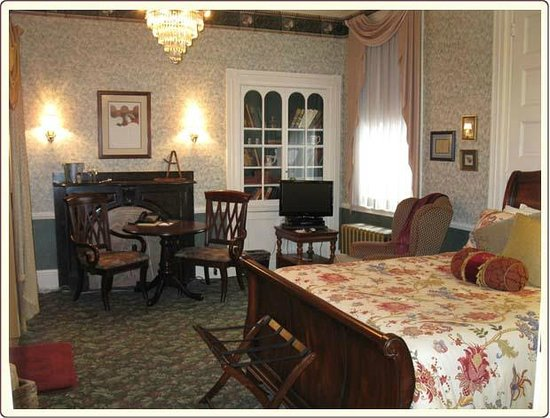 Carlisle House Bed & Breakfast: English Library with Queen Bed