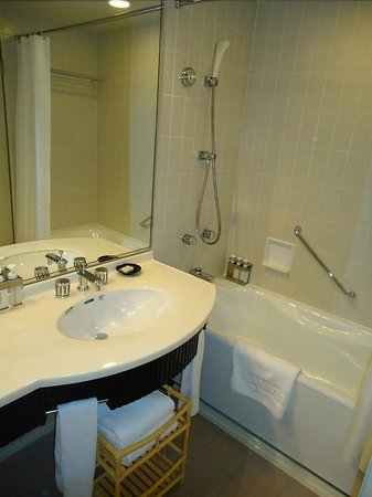 Hotel Granvia Kyoto: Fairly good standard of bathroom in south-facing room