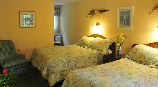 Berkshire Hills Country Inn: Sunny room with two double beds