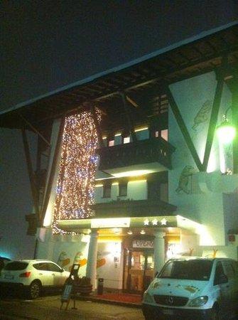 Hotel Garnì Palù: esterno con orsi!! :D