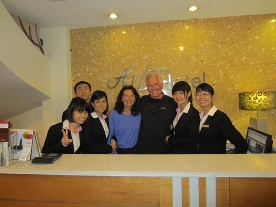 โรงแรมอาร์ทฮานอย: The Wonderful Reception Crew Running the Art Hotel