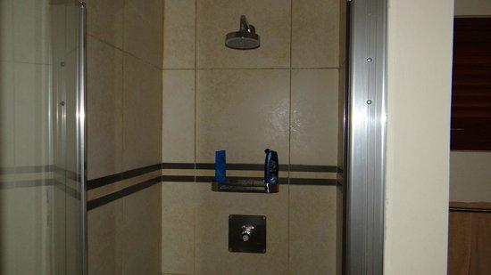 """Morena Resort: Douche met """"drukknop"""""""