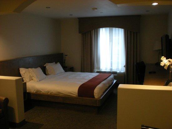 Holiday Inn Express Hotel & Suites Hollywood Hotel Walk of Fame: corner room - super comfortable bed