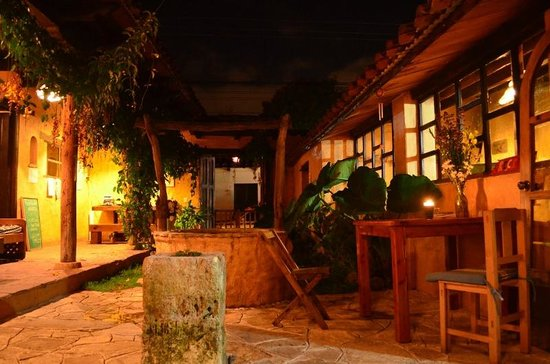 Posada del Abuelito: The courtyard at night