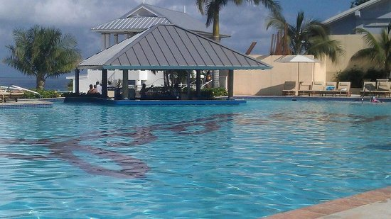 Beaches Ocho Rios Resort & Golf Club: PERFECT POOL WITH SWIM UP BAR