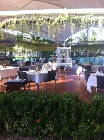 Sofitel Krabi Phokeethra Golf & Spa Resort: al fresco restaurant at the pool