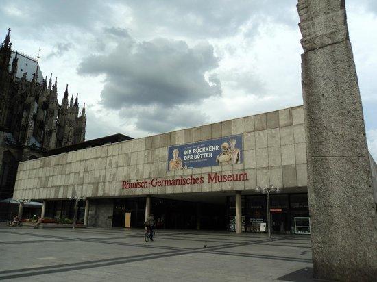 Roman-German Museum (Romisch-Germanisches Museum) : Outra perspectiva da fachada