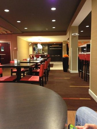 Courtyard by Marriott Jacksonville Airport/Northeast: bistro at lobby nice except service