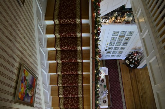 Main Street Manor Bed & Breakfast Inn: A look down the stairs....