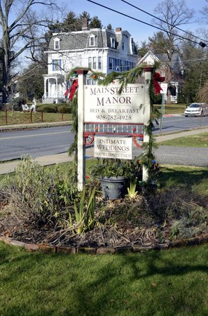 Main Street Manor Bed & Breakfast Inn: The sign that you've arrived.