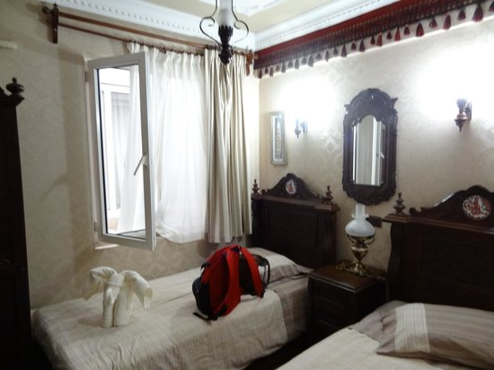 Hotel Bella: Twin bedroom - small but nice