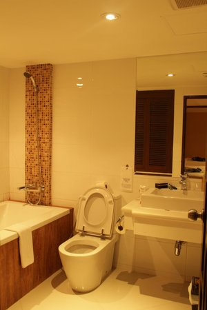 Rayaburi Hotel Patong: bathroom
