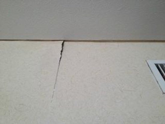 New Miyako Hotel: Cracks on wall