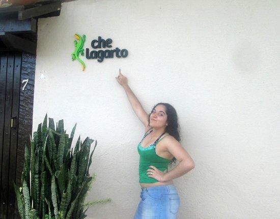 Che Lagarto Hostel Buzios: En la puerta del hostel.