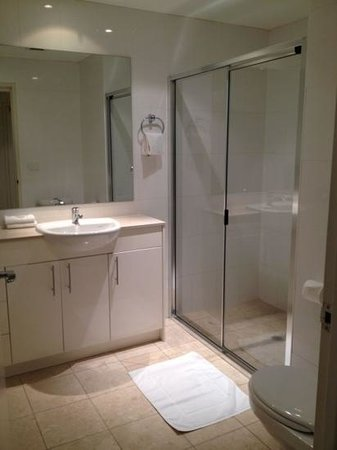 APX Apartments Darling Harbour: clean bathroom