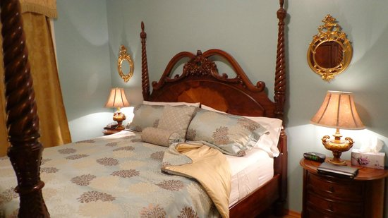 Courthouse Inn Revelstoke: This bed guarantees a good night's sleep