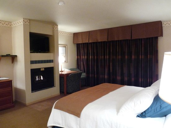 456 Embarcadero Inn & Suites: Our cozy room with a fireplace!