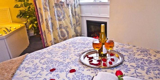 Elk Forge B&B Inn, Retreat and Day Spa: Wilmington Room with Fireplace and Whirlpool Tub for Two