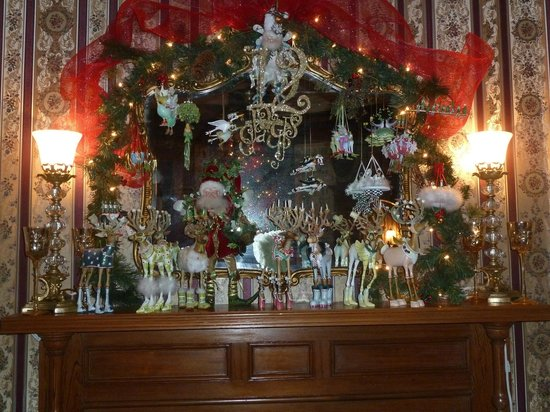 The Cedar House Inn: The mantel all dolled up for Xmas