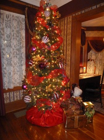 The Cedar House Inn: The Xmas tree