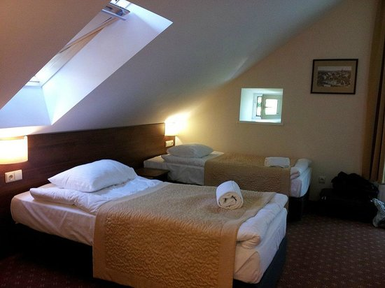Memel Hotel: Nice beds but watch the ceiling when you stand up!