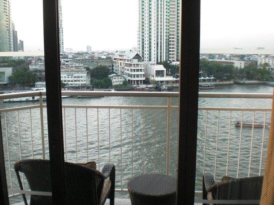 Shangri-La Hotel,Bangkok: バルコニーからの眺望 正面はペニンシュラホテル