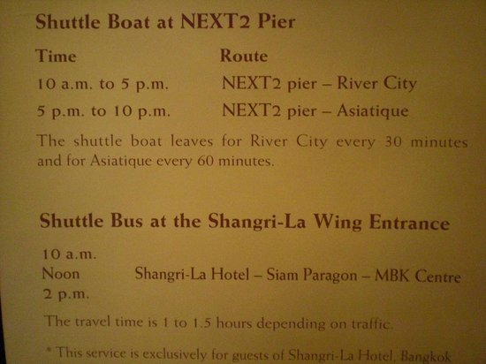 Shangri-La Hotel,Bangkok: ロビー掲示のシャトルボート・バスの案内看板 