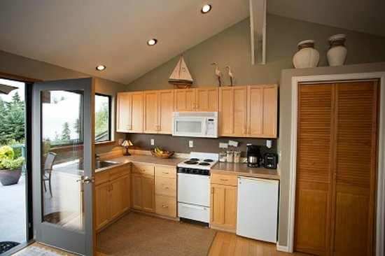 Olympic View Bed and Breakfast Cottage: Fully stocked kitchen for your dining pleasure