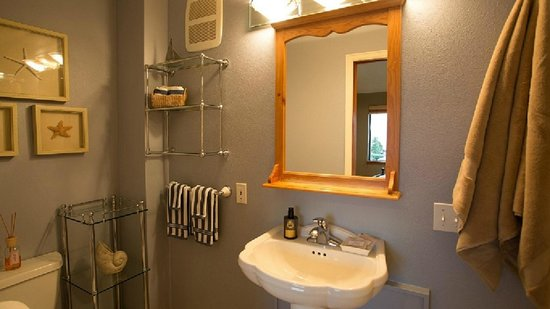 Olympic View Bed and Breakfast Cottage: Bathroom has a walk in shower