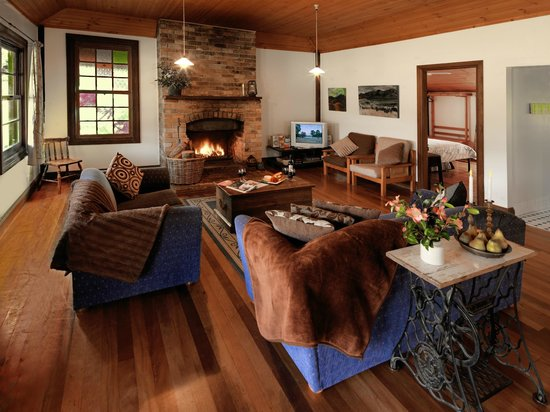 Cedar Creek Cottages & Wine: Relax in front of the open fire in Gatekeeper's Cottage