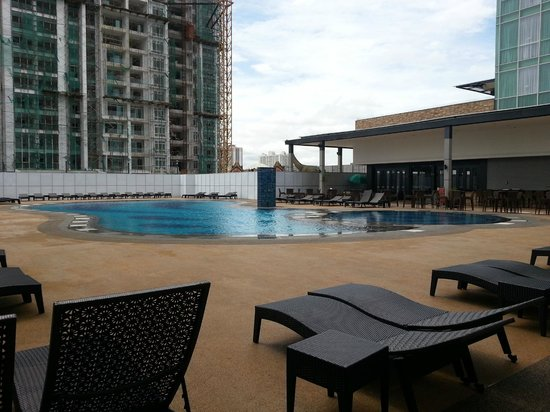 KSL Hotel & Resort: The rooftop swimming pool is located at level 7.