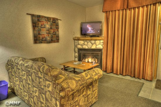 Pyramid Lake Resort: Fireplace