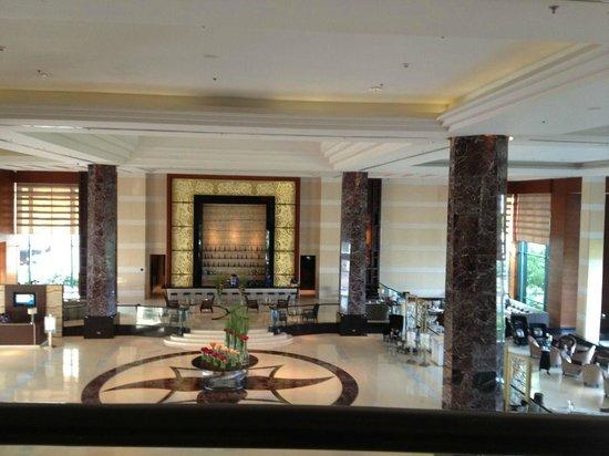 Radisson Blu Cebu: Hotel lobby.