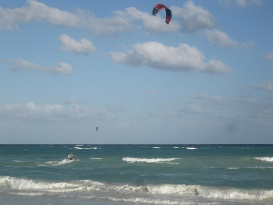 Nueva Vida de Ramiro: kite boarding on the beach