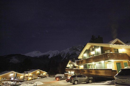 Pyramid Lake Resort: Night view