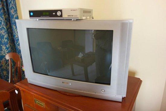 Umm Al Quwain Beach Hotel: Very old TV set
