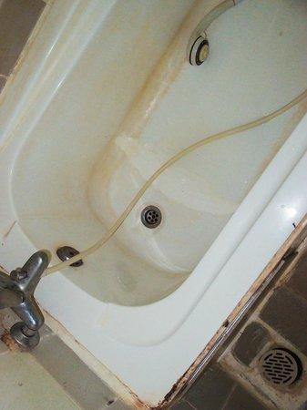 Angkor Friendship Inn: yummy dirty yellow bathtub