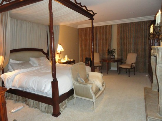 Hotel Les Mars, Relais & Chateaux: The ginormous four-poster bed. Tasteful, not fussy, decor.