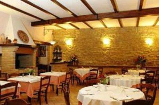 Ristorante Il Cavaliere: particolare della sala principale zona caminetto, angolo bar.