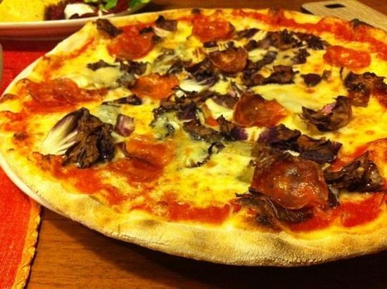 Da Pedro: pizza salamino, gorgonzola e radicchio