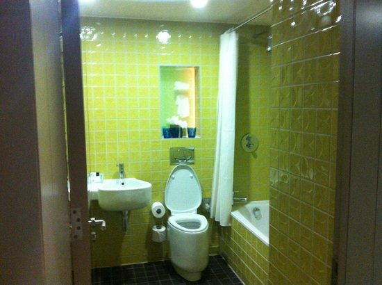 Clayton Hotel Chiswick: marmite bathroom
