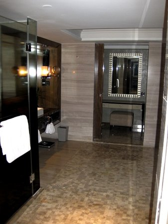 Grand Mercure Shanghai Central: Executive Suite - Bathroom accessible from both sides