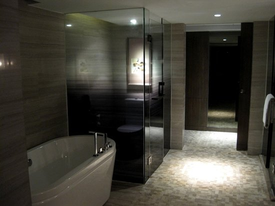 Grand Mercure Shanghai Central: Executive Suite - Bathtub and Toilet