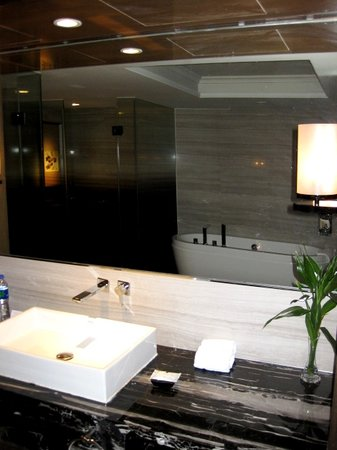 Pullman Shanghai Jing An: Executive Suite - Large Bathroom Area
