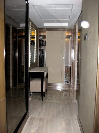 Grand Mercure Shanghai Central: Executive Suite - Hallway to Bathroom, Closet and Private Safe
