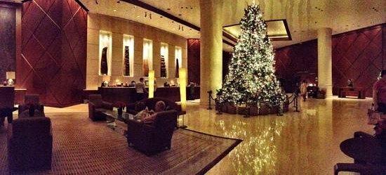 Fairmont Singapore: the lobby..