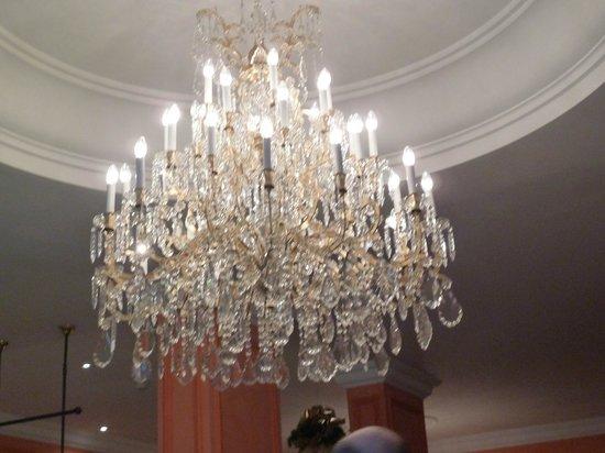 Bristol Hotel Salzburg: Chandelier in main lobby