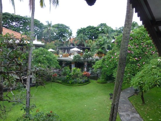 Ramada Bintang Bali Resort: Garden towards reception