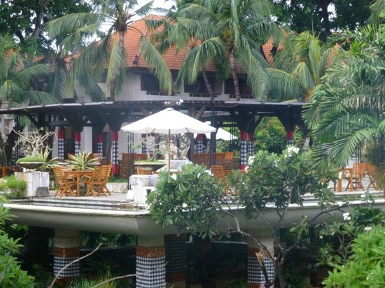 Ramada Bintang Bali Resort: Garden near reception