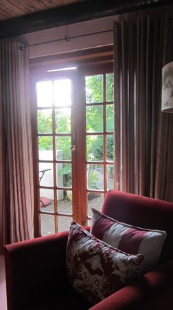 Augusta de Mist Country House: The sitting room leading to a nice little outdoor sitting area.